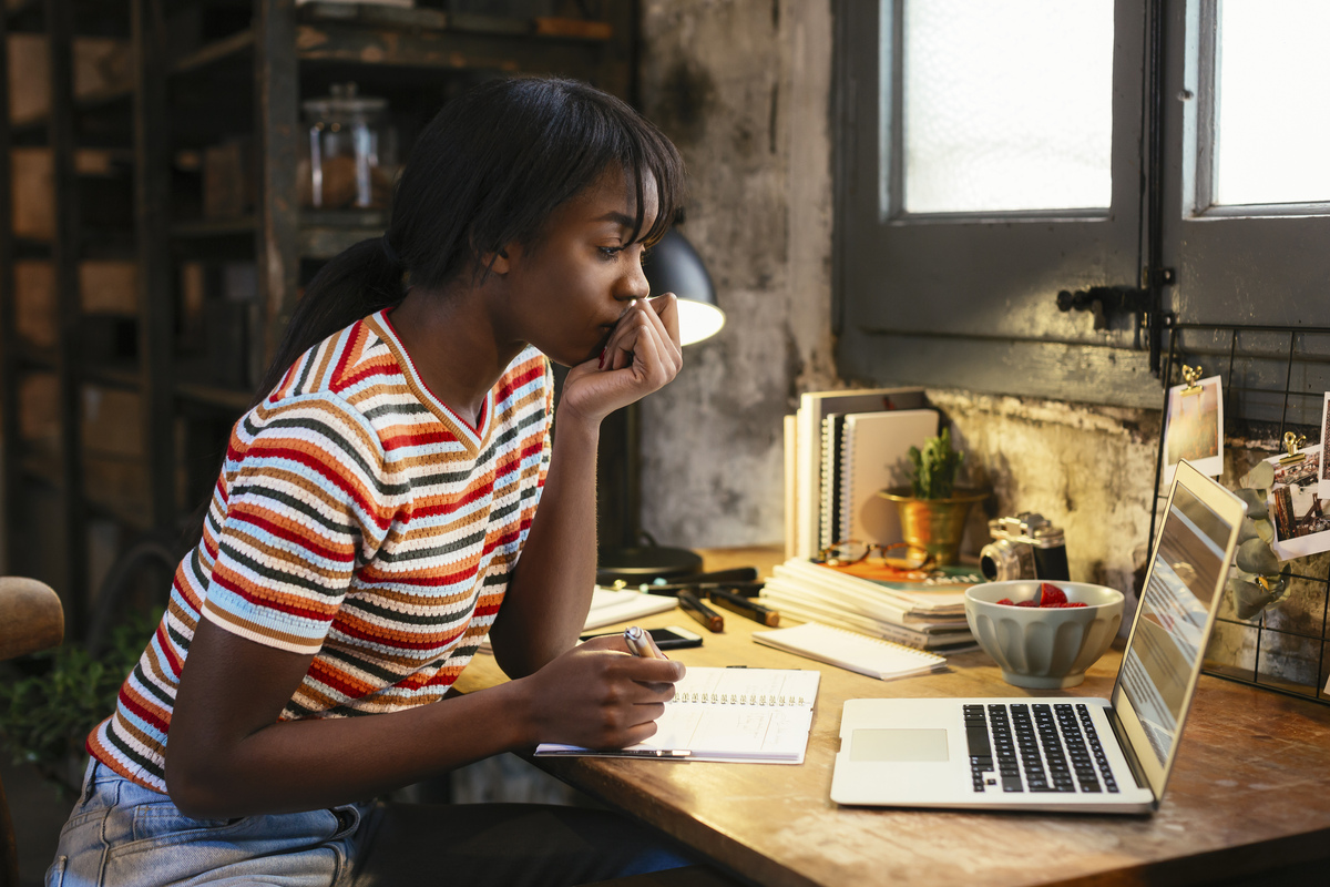 Photo d'une jeune femme sur son ordinateur portable à la maison